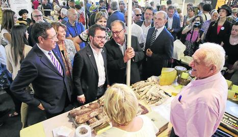 El vicepresident de la Generalitat va visitar ahir la Fira de Sant Miquel.