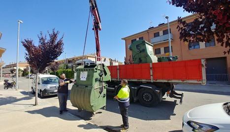 Operaris de Sorigué retiren ahir els contenidors dels carrers de Puigverd de Lleida.