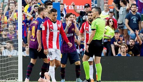 Messi, Piqué i Rakitic demanen explicacions després d'una ocasió.