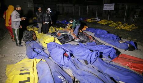 Desenes de cadàvers a la ciutat de Palu, a Indonèsia, ahir.