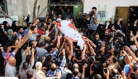 Enterrament d'una de les víctimes, Mustafa Haniya, de 25 anys, ahir.