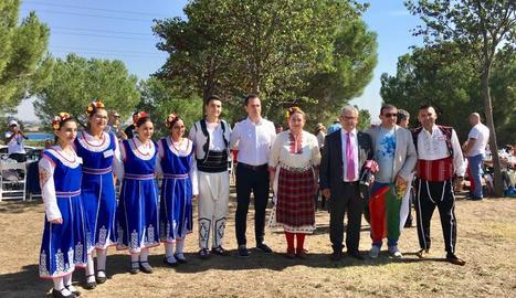 La dansa va ocupar ahir la plaça Sant Joan, a vessar, de la mà de l'Esbart Dansaire Sícoris.