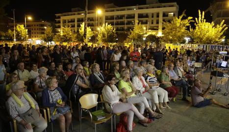 Desenes de persones van participar ahir en l'acte a Pardinyes.