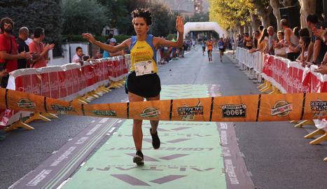 La romanesa Angelica Damoc, entrant a meta com a guanyadora.
