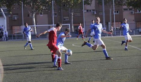 Pau Sánchez protegeix la pilota davant de la pressió d'un jugador del Vista Alegre.