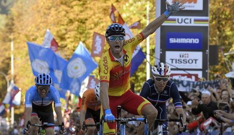 El ciclista murcià, eufòric en el moment de creuar com a guanyador la meta a Innsbruck.