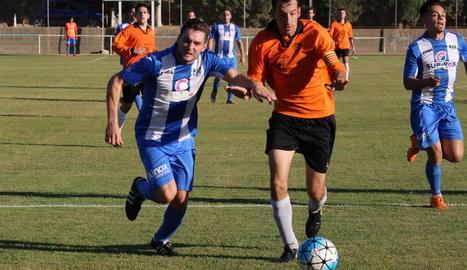 Un jugador del Torregrossa pugna per la pilota amb el capità de la Seu.