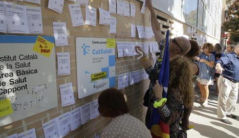 Les paperetes de vot del referèndum van omplir ahir la paret del CAP de Cappont, on els CDR també van instal·lar una placa 'rebatejant' la plaça 1 d'octubre.