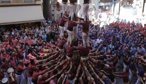 Els Castellers de Lleida, en el moment de culminar el tercer castell, un 7 de 7.