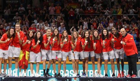 La selecció espanyola i el seu tècnic, Lucas Mondelo, amb la medalla de bronze que van conquerir ahir davant de Bèlgica.