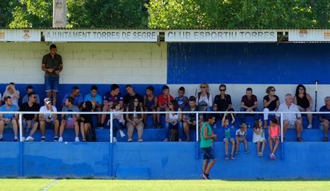 La gent de Torres va omplir el camp municipal, després de tres anys sense futbol.