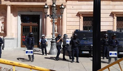 Els estudiants han desmuntat les tanques del perímetre de seguretat.
