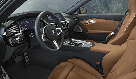 El BMW Operating System 7.0, crea una agrupació digital d'instruments i pantalla de control.