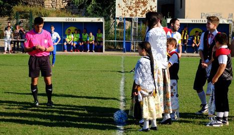 Les pubilles van fer el servei d'honor del primer partit de Lliga.