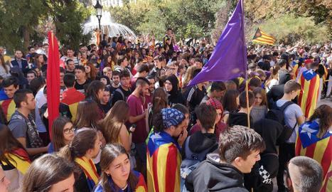 Els manifestants, davant de la subdelegació del Govern