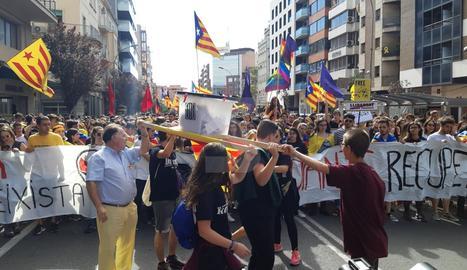 Una urna a la capçalera de la manifestació d'estudiants a Lleida.