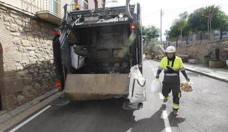 Un dels camions de la recollida de la fracció orgànica ahir al seu pas per Aspa.