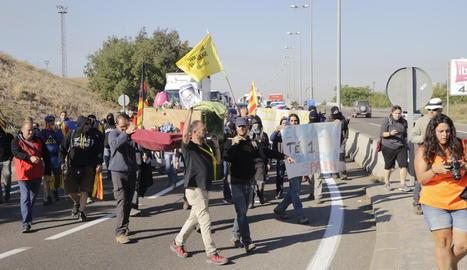 Els activistes, caminant per l'Ll-11 ahir a mig matí.