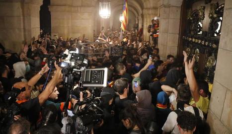 Capçalera de la manifestació de la Plataforma 1 d'Octubre pels carrers de Barcelona, ahir.