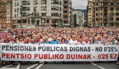 Un moment de la manifestació dels pensionistes que es va celebrar ahir a Bilbao.