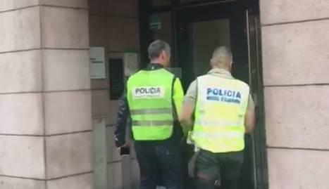 Agents dels Mossos d'Esquadra entren a la Diputació de Lleida aquest matí.
