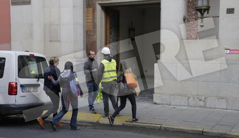 Una de les persones arrestades, Marlen Minguell, cap d'Organització i Gestió de la Diputació de Lleida, entra a l'edifici de la corporació provincial a primera hora del matí acompanyada per agents dels Mossos.