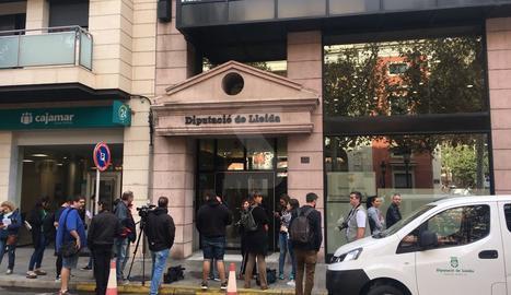 Expectació mediàtica a la porta de la Diputació de Lleida