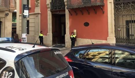 Mossos d'Esquadra a la porta de la Diputació del carrer del Carme.