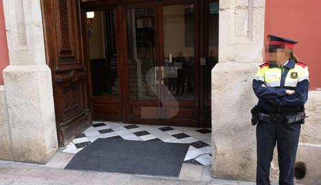 La porta de la Diputació del carrer del Carme, on es troben agents dels Mossos d'Esquadra i mitjans de comunicació a l'espera que surti Joan Reñé.