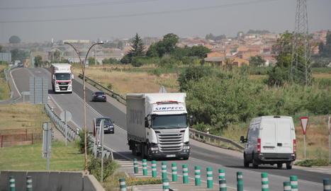 Circulació de camions per l'N-240 on es farà la marxa.