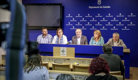 Gerard Sabarich, Rosa Maria Perelló, Rosa Pujol i Jordi Latorre al costat de Reñé (centre) ahir.