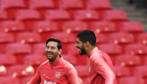 Leo Messi i Luis Suárez durant l'entrenament a Wembley.