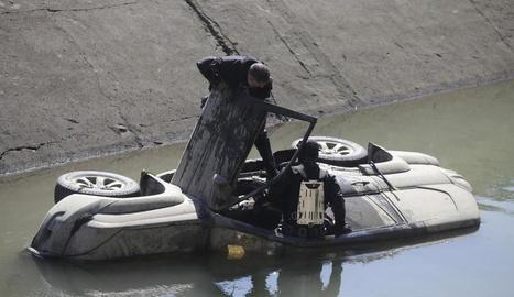 Imatges dels vehicles a l'interior del canal. A la foto de la dreta, els bussejadors dels Mossos inspeccionant un totterreny.