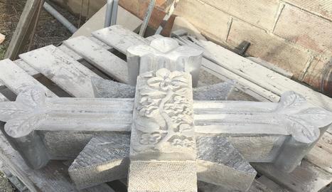 Una de les peces de la creu decorada per Ramon Inglés.