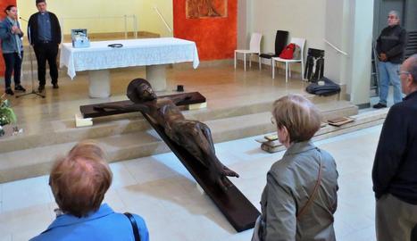 La figura del Sant Crist de Cervera es va acomiadar dimarts passat de la parròquia de Sant Antoni.