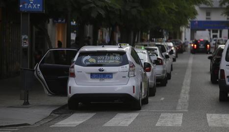 Un taxi en una parada amb la nova matrícula posterior blava, ahir a l'avinguda Blondel.