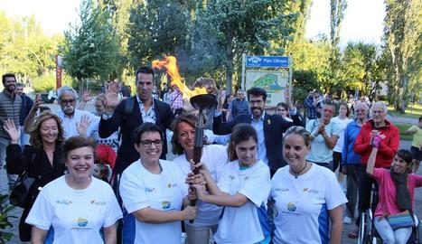 La flama olímpica, ahir a la Seu d'Urgell amb Sergi Grimau i Albert Batalla en segon pla.