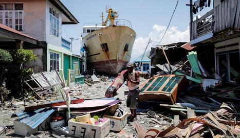Un vaixell encallat en un carrer de Palu pel tsunami, ahir.