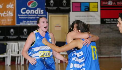 Hempe i Kraker feliciten Vilaró a l'anotar el triple que va acabar donant la victòries a les lleidatanes.
