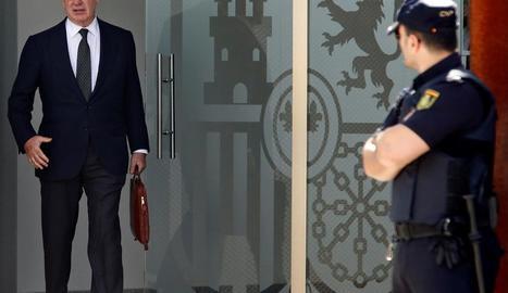 Imatge de Rodrigo Rato sortint de l'Audiència Nacional a San Fernando de Henares (Madrid).