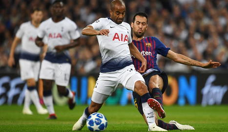 Sergio Busquets intenta prendre la pilota al brasiler del Tottenham Lucas Moura.