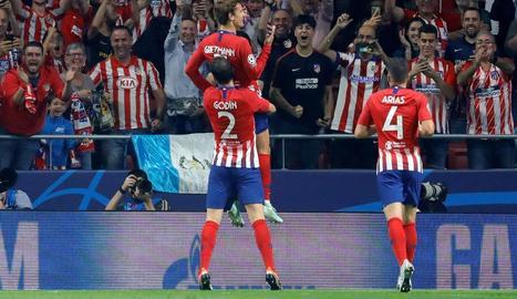 Jugadors de l'Atlètic de Madrid celebren un dels gols.