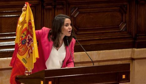 Inés Arrimadas, durant la seua rèplica al Parlament de Catalunya, alçant la bandera espanyola.