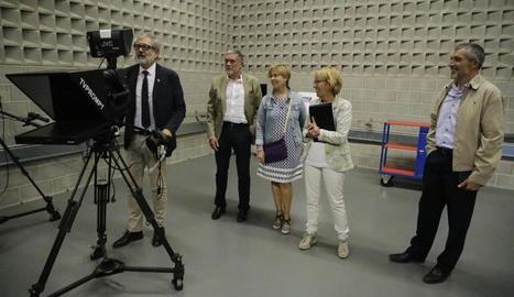 L'alcalde de Lleida, Fèlix Larrosa, ahir càmera en mà en un dels platós del Magical Media.