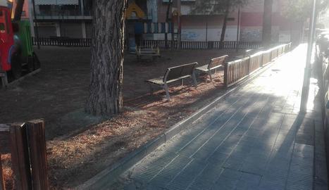 Part de la tanca arrancada al parc del carrer Mariola.