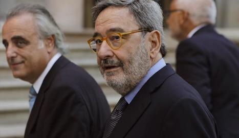 L'expresident de Catalunya Caixa Narcís Serra i el seu advocat, Pau Molins, ahir a Barcelona.