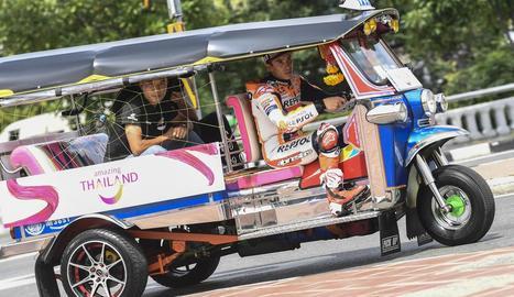 Marc va conduir el típic taxi 'tuk-tuk' pels carrers de Bangkok.
