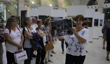 La directora de la Biblioteca Pública de Lleida, Antònia Capdevila, mostrant una foto de l'antiga Maternitat, ahir.