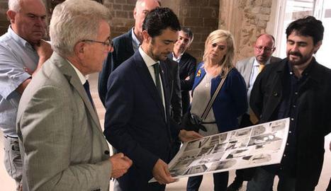 Calvet va visitar la guardonada rehabilitació de l'església vella de Vilanova de la Barca.