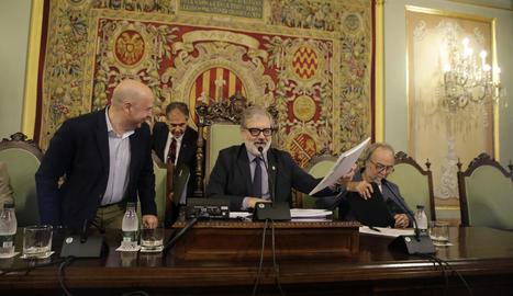 Larrosa presideix el seu primer ple ordinari - Fèlix Larrosa va presidir ahir el seu primer ple ordinari com a alcalde de Lleida, al qual no van assistir per motius personals la primera tinent d'alcalde, Montse Mínguez, ni el nou regidor Joan Q ...
